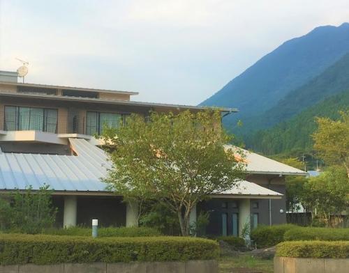 由布岳の麓に位置します。