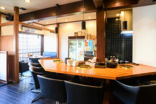 テーブル席から座敷、カウンター席まで多数の客席があります。