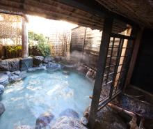 温泉は100%源泉かけ流しの地元の人も愛する名湯
