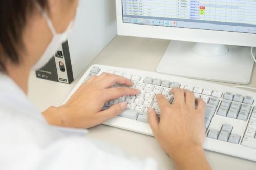 コンピュータで食材料の発注、物流管理、加工指示、配送手配