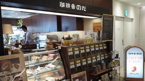 様々なコーヒー豆が並ぶ 店舗入り口